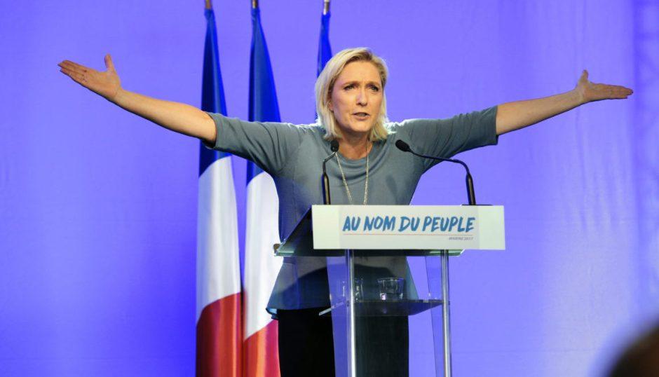 Le Pen en un mitin político, con su lema «En nombre del pueblo» / AFP